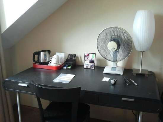 Hotel Wellenberg: Charming writing desk, complete with table fan