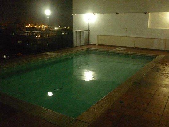 Hotel Costa Inn: piscina de noche