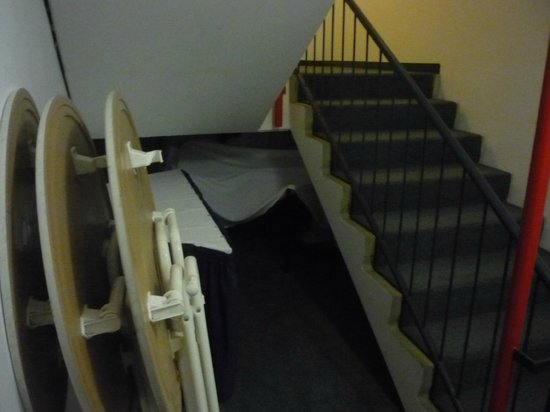 InterCity Hotel Erfurt: In den Fluhtwegen wird Material (Brandlast) gelagert