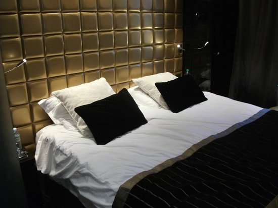 Platine Hotel: Il letto con tanti cuscini