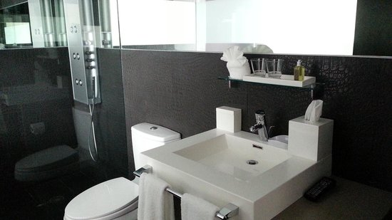Prime Hotel: bathroom and shower