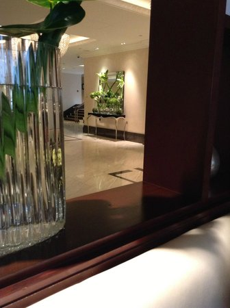 InterContinental London Park Lane: Lobby seen from seating area