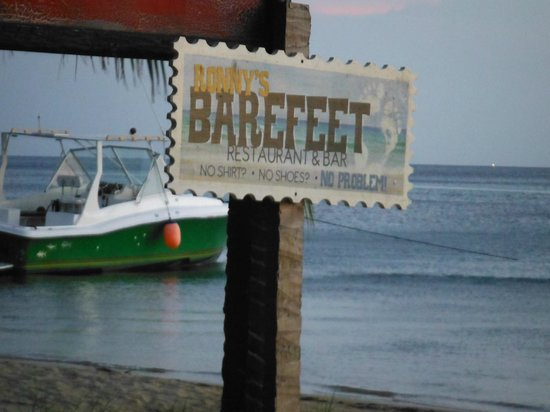 Ronny's Barefeet Restaurant & Bar: Check out the Ocean at our table!