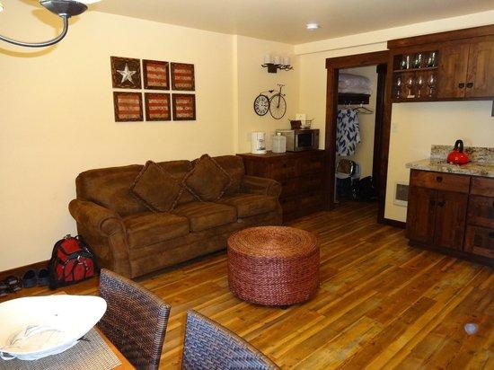 Cedar Glen Lodge: Living room Unit #25