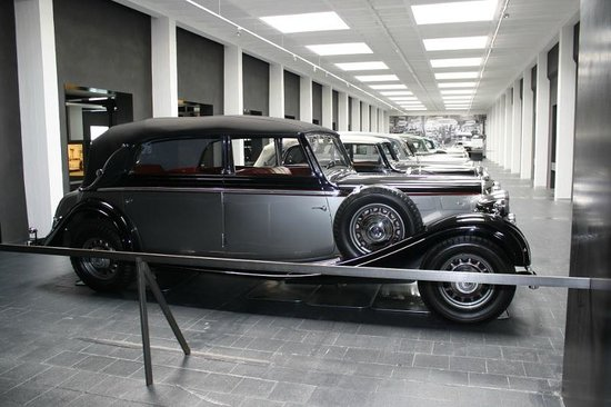 Maybach-Fahrzeuge Museum: Maybachs lined up in the museum