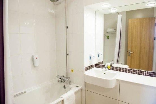 Premier Inn Burton On Trent Central Hotel: Bathroom