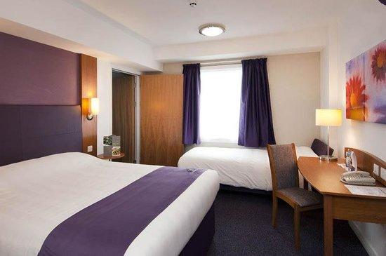 Premier Inn Burton On Trent Central Hotel: Bedroom