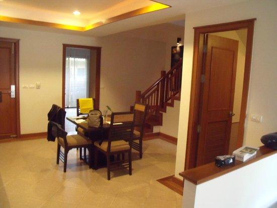 Angsana Villas Resort Phuket : Villa Dining area/reception & through to kitchen