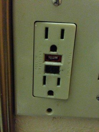 Interstate Motel Guthrie: unusable broken outlets.