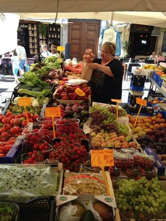 Hotel Smeraldo: Walking distance to Campo dei Fiori with Saturday farmer's market