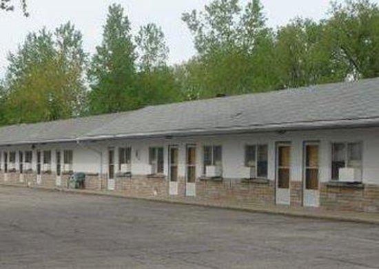 Bluewater Motel: Buildingside Doors Parkinglot