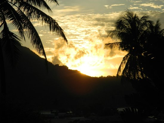 Phi Phi Uphill Cottage: sunset from outside our room