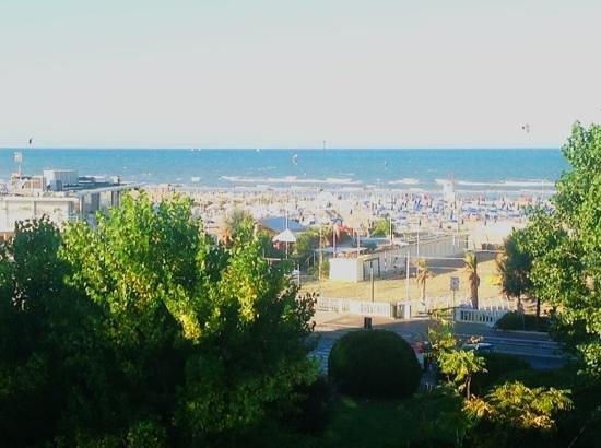 Mercure Rimini Artis: Blick von der Terrasse (Zimmer 314) auf den Strand