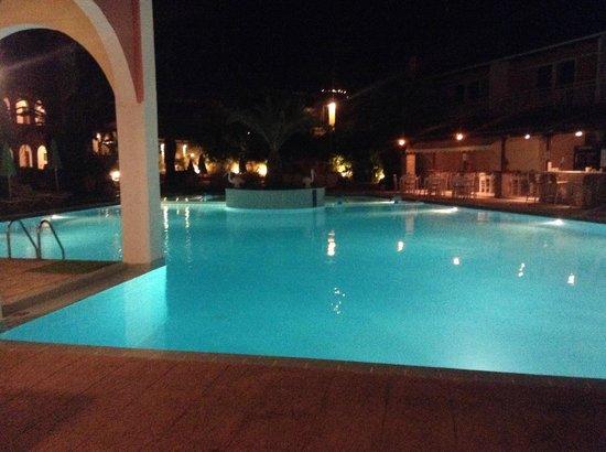 Papillon Hotel : pool at night