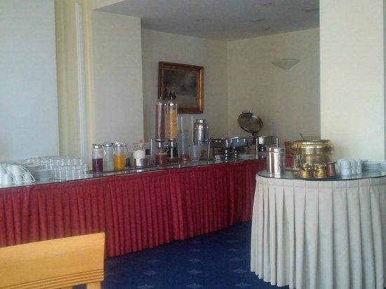 Paliria Hotel: The breakfast buffet with Greek coffee amenities