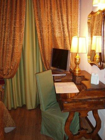 Hotel Machiavelli Palace : Escritorio habitación