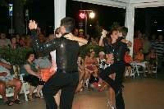 Hotel Ondina & Milazzo: Una esibizione dei ballerini durante una festa periodica in hotel
