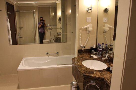 Park Regis Kris Kin Hotel : other side of the bath room