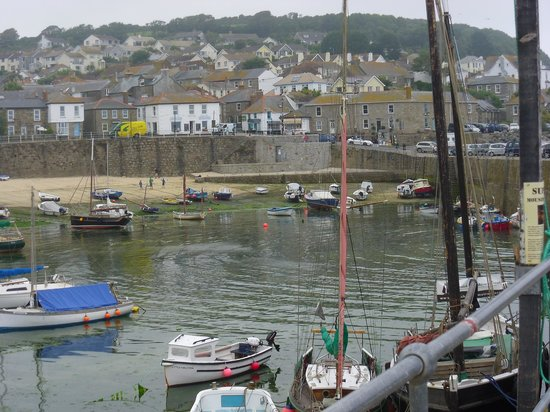 The Ship Inn: Mousehole Harbour at low tide