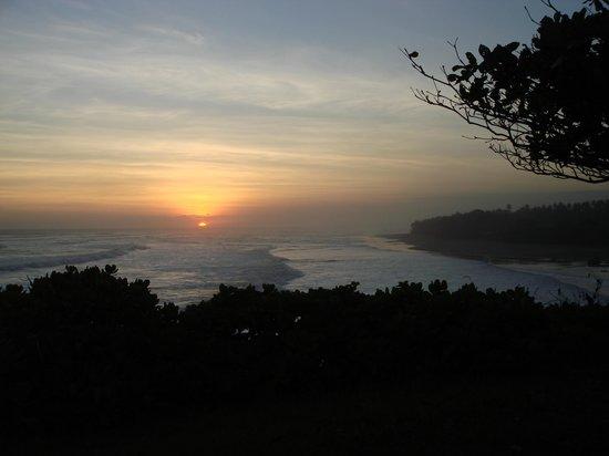 Gajah Mina Beach Resort: Coucher du soleil vu des jardins