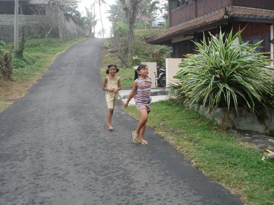 Gajah Mina Beach Resort: Les enfants du village