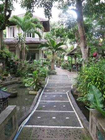 Dewangga Bungalow: Path to breakfast room
