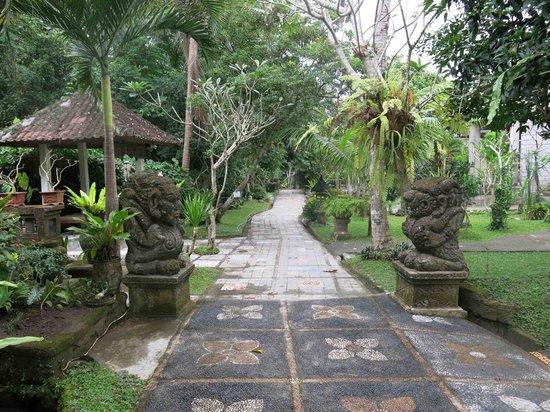 Dewangga Bungalow: Path that runs next to a gushing mountain creek