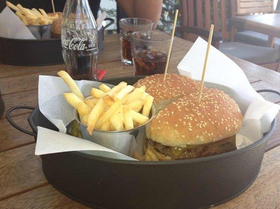OX Wine & Burger Bar: Ox Cheeseburger accompagnato da salsa al tartufo e patatine all'erba cipollina