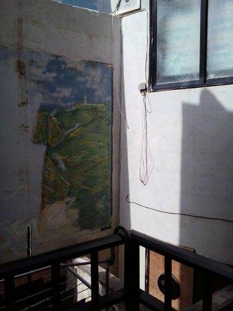 White Dolphin Holiday Complex : Il muro del pianto ! Vista balcone appartamento 108
