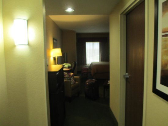 Comfort Suites Orlando Airport : entering the room