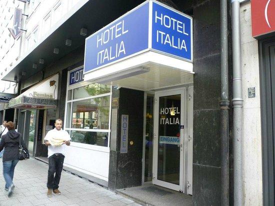 イタリア ホテル , 入口。小さい入口だが看板は通りからよく見える。
