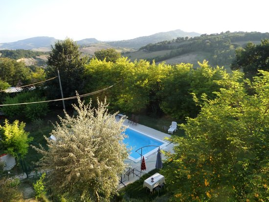 Il Leone Rosso B&B: view of swimming pool and countryside