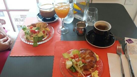 Frenchies Cafe: u s breakfast.    yummy!
