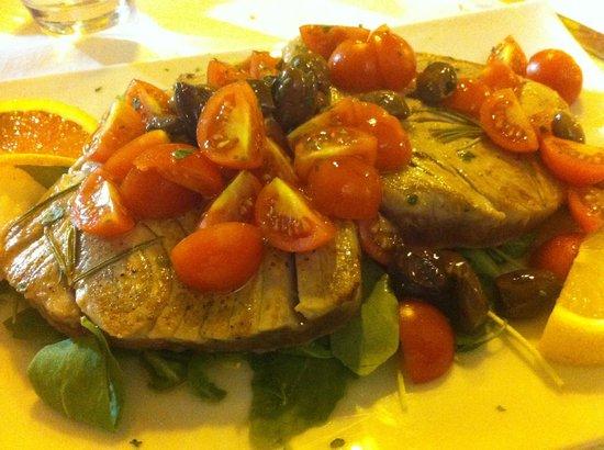 Al Marinaio: Bistecca di tonno (chiesto appositamente cotto pochissimo) con olive taggiasche e pomodorini