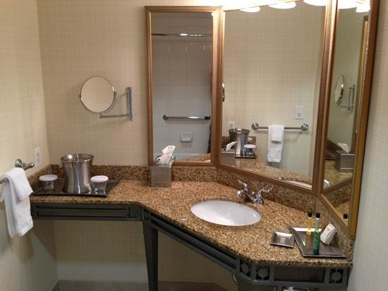Hilton Santa Clara: sink area