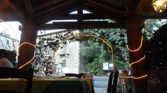 Trattoria Il Nibbio: Tavoli all'aperto