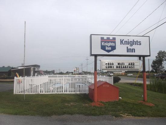 Knights Inn Pulaski: Enseigne et piscine - 17 août 2013.