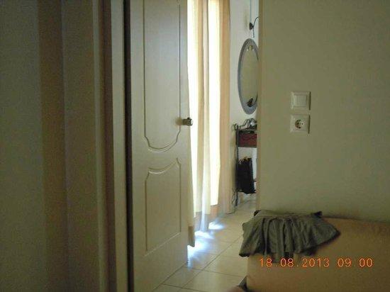 Petousis Apartments : De la kitchinette vers la salle de bain et le coin chambre