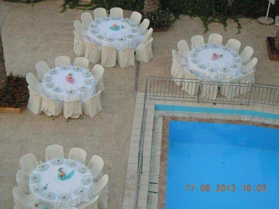 Petousis Apartments : Jolie préparation de tables pour célébration d'un baptème