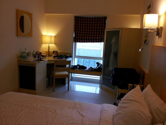 Grand Hometel, Mumbai : Room, small desk and clothes cabinet