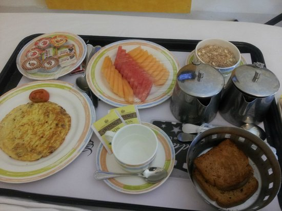 Grand Hometel, Mumbai : Breakfast - fruit, cereal, toast, omelette