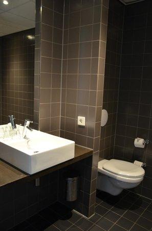 Conscious Hotel Vondelpark: Our room's bathroom