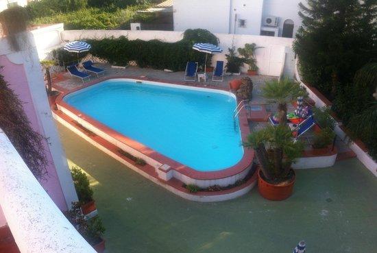 Vista della piscina dal terrazzo. - Picture of Hotel Baia Verde ...