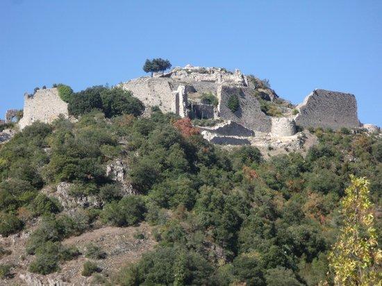 Chateau de Termes : Le château de Termes vu depuis l'Est et le village.