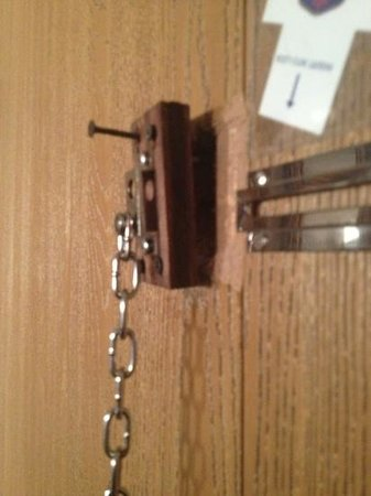 Best Western Plus Fairfield Executive Inn : broken latch on the door