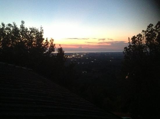 Villa Le Luci Bed & Breakfast: Vista dal terrazzino della camera al tramonto.