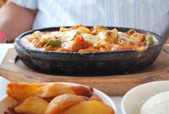 Mahperi Restaurant: plat de crevettes et fruits de mer passés au four et gratinés