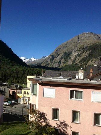 Hotel Rosatsch: Vue vers le Sud-Ouest (hôtel en contrebas)