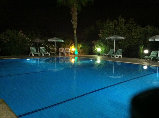 Yengec Restaurant: The pool at night