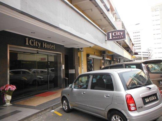 1 City Hotel: Entrée de l'hôtel